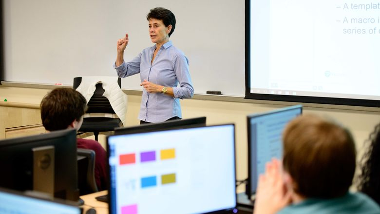 Frouke de Quillettes teaching a class in a computer lab (2018)